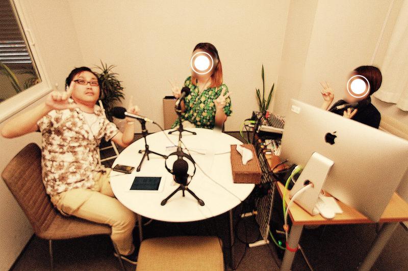 男性1名と女性2名のラジオ収録風景