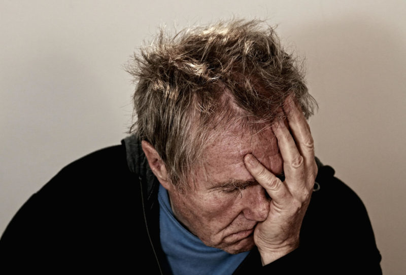 病気、モチベーション低下の苦悩する男性イメージ画像