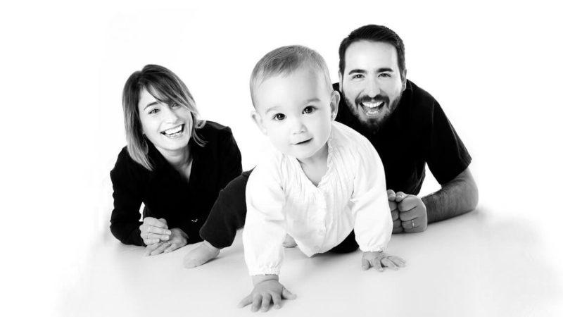 赤ちゃんと両親の写真