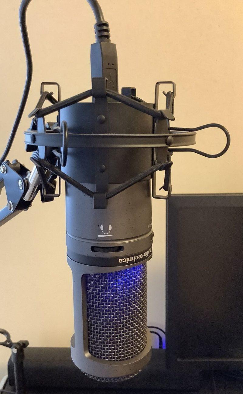 audio-technica AT2020USB+をRoycel コンデンサーマイク RC-S01付属のデスクアーム型のマイクスタンドに取り付けた様子がわかる写真