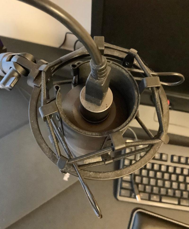 audio-technica AT2020USB+をRoycel コンデンサーマイク RC-S01付属のショックマウントに取り付けた様子がわかる写真