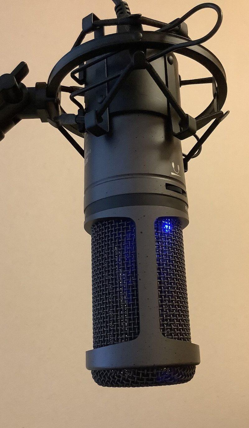 audio-technica AT2020USB+をRoycel コンデンサーマイク RC-S01付属のショックマウントに取り付けるとズリ落ちそうになる様子がわかる写真