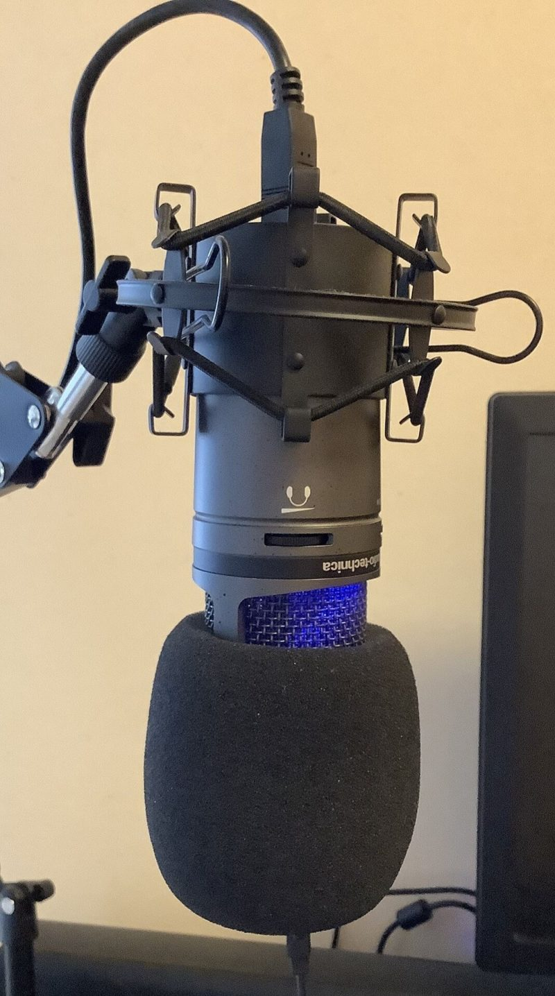 audio-technica AT2020USB+をRoycel コンデンサーマイク RC-S01付属のウインドスクリーンを取り付けた写真