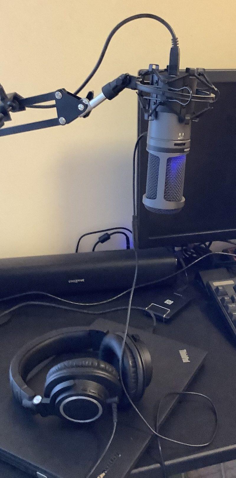 audio-technica AT2020USB+とaudio-technica ワイヤレス ヘッドホン ATH-M50xBTを接続した写真
