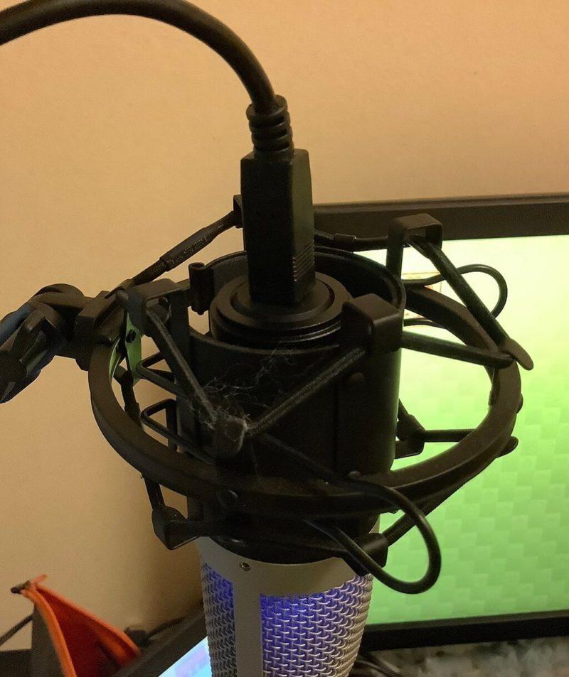FIFINE K670をRoycel コンデンサーマイク RC-S01付属のショックマウントに取り付けた様子がわかる写真