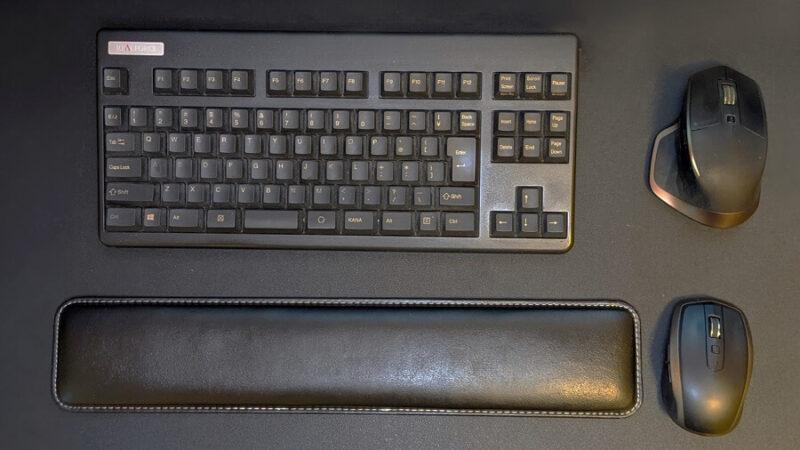 入力デバイス群(キーボード、マウス2個、リストレスト )の写真