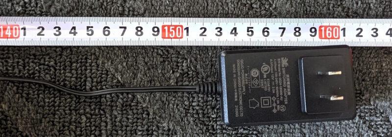 TP-Link Archer AX73の電源アダプターをメジャーで測る